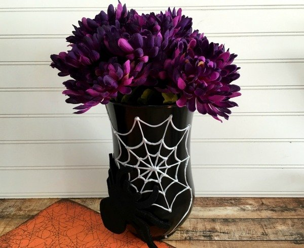 Looking to make your own DIY Halloween decorations? This DIY Spider Vase is perfect! Just Change the flowers & it will match any decor!